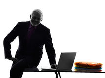 Computación mayor de la silueta del hombre de negocios Fotografía de archivo libre de regalías