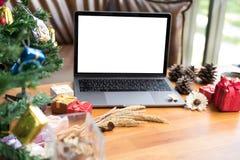 computador, caixa de presente do xmas, copo de café na tabela de madeira Natal e imagens de stock