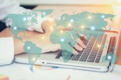 Computador com conexão e mapa de rede Imagens de Stock Royalty Free