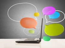Computador com mensagem de rede social Foto de Stock