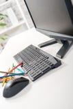 Computador com teclado, rato, e lápis foto de stock royalty free