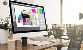 computador com a tela typesetting do software do projeto no busin moderno ilustração royalty free
