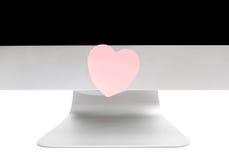 Computador com uma nota pegajosa na forma de um coração Fotos de Stock Royalty Free