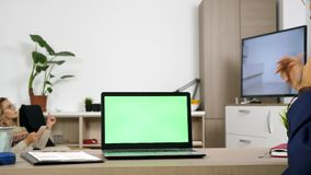 Computador com uma tela verde na mesa video estoque