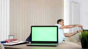 Computador com uma tela verde na mesa na sala de visitas video estoque