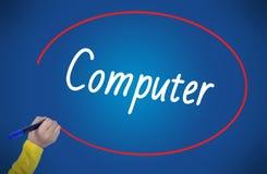 Computador da escrita da mão da mulher com marcador Foto de Stock