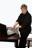 Computador da fixação da mulher Foto de Stock Royalty Free