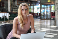 Computador da jovem mulher Imagem de Stock Royalty Free