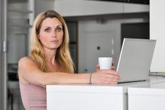 Computador da jovem mulher Fotografia de Stock