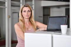 Computador da jovem mulher Fotografia de Stock Royalty Free