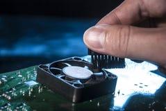 Computador da limpeza Limpando o refrigerador A m?o profissional limpa o PC fotos de stock royalty free