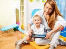 Computador da mamã, do filho e da tabuleta Imagens de Stock