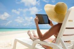 Computador da tabuleta - agradável para ter a coisa em férias Fotografia de Stock Royalty Free