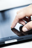 Computador da tabuleta com mão Imagens de Stock Royalty Free