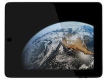 Computador da tabuleta com o planeta da terra do espaço fotos de stock royalty free