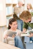 Computador da tabuleta da tela de toque - estudantes na biblioteca Imagens de Stock