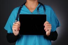 Computador da tabuleta da terra arrendada da enfermeira imagens de stock