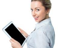 Computador da tabuleta Mulher que usa feliz digital do PC do tablet pc isolado no fundo branco Fotografia de Stock Royalty Free