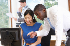 Computador de And Businesswoman Using do homem de negócios no escritório fotos de stock royalty free