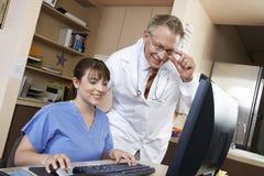 Computador de With Doctor Using da enfermeira imagem de stock