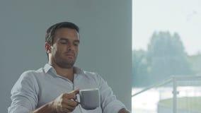 Computador de fechamento do homem de negócio na casa luxuosa Retrato do close up da pessoa cansado filme