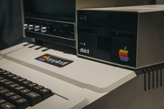 Computador de Macintosh Apple II na exposição dentro do museu de Apple em Praga, República Checa foto de stock