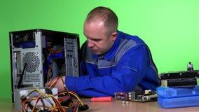 Computador de secretária da fixação do homem no trabalho filme