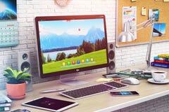 Computador de secretária no escritório moderno ou no espaço de trabalho home ilustração royalty free