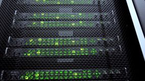Computador de servidor ao trabalhar Tecnologia da telecomunicação do Internet, armazenamento de dados grande, empresa de serviços video estoque