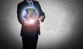 Computador do homem de negócios e um globo Imagens de Stock