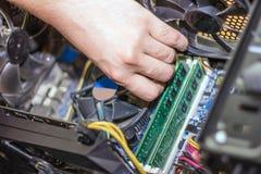 Computador do reparo das mãos para dentro imagens de stock