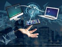 Computador e dispositivos indicados em uma relação futurista com dentro Imagem de Stock Royalty Free