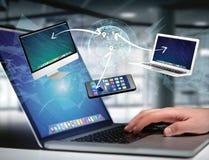Computador e dispositivos indicados em uma relação futurista com dentro Imagem de Stock