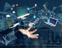 Computador e dispositivos indicados em uma relação futurista com dentro Imagens de Stock
