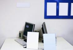 Computador e folhas vazias Fotografia de Stock Royalty Free