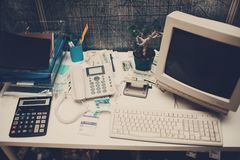 Computador e telefone e calculadora velhos na tabela no escritório Fotos de Stock