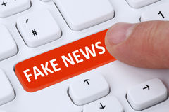 Computador em linha do dedo do botão falsificado do Internet dos meios da mentira da verdade da notícia imagem de stock royalty free