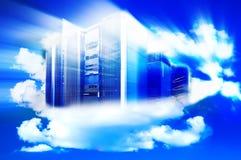 Computador em um céu nebuloso como um símbolo para nuvem-computar imagem de stock