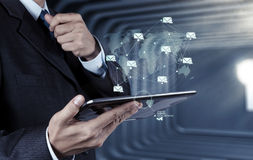 Computador esperto do telefone do uso da mão do homem de negócios com ícone do email como o engodo fotografia de stock