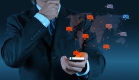 Computador esperto do telefone do uso da mão do homem de negócios com email moderno imagem de stock royalty free