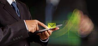 Computador interativo do uso da mão do homem de negócios imagens de stock royalty free