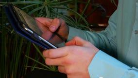 Computador 4k de Hands Using Tablet do homem de negócios vídeos de arquivo