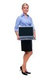 Computador portátil cheio da terra arrendada da mulher do comprimento com bla imagens de stock