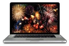 Computador portátil com os fogos-de-artifício na tela foto de stock royalty free
