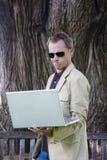 Computador portátil da terra arrendada do homem Fotos de Stock Royalty Free