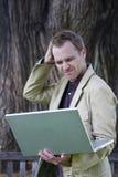 Computador portátil da terra arrendada do homem Imagem de Stock Royalty Free