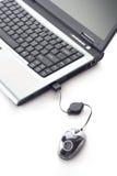 Computador portátil e um rato imagem de stock