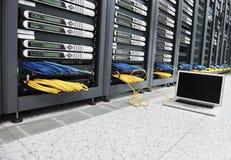 Computador portátil no quarto da rede do server foto de stock