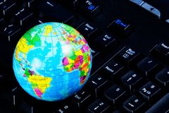 Computador que computa, conectividade global, world wide web Rede global - computadores da rede e do usuário ao vzaimodeystviya O foto de stock