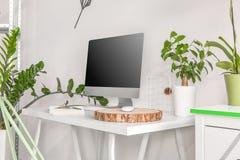 Computador que está em uma mesa moderna, uma parte de madeira imagem de stock